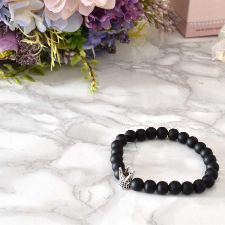 Krásny elegantný čierny matný náramok so striebornou korunkou Queen z čiernych kamienkov