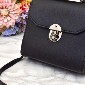 dámska elegantná kožená menšia kabelka s popruhom crossbody