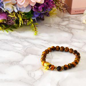hnedý elegantný dámsky lesklý náramok so zlatým šperkom v tvare geparda