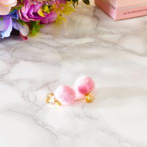 ružové fluffy dámske plyšové náušnice so zlatým zapínaním