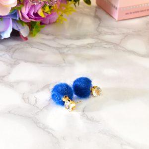 modré fluffy dámske plyšové náušnice so zlatým zapínaním