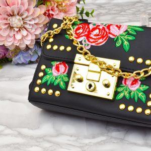 luxusná dámska čierno zlatá vyšívaná kožená crossbody kabelka